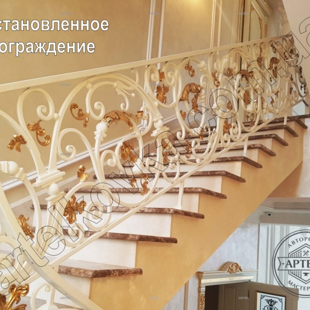 Белая лестница с золотом