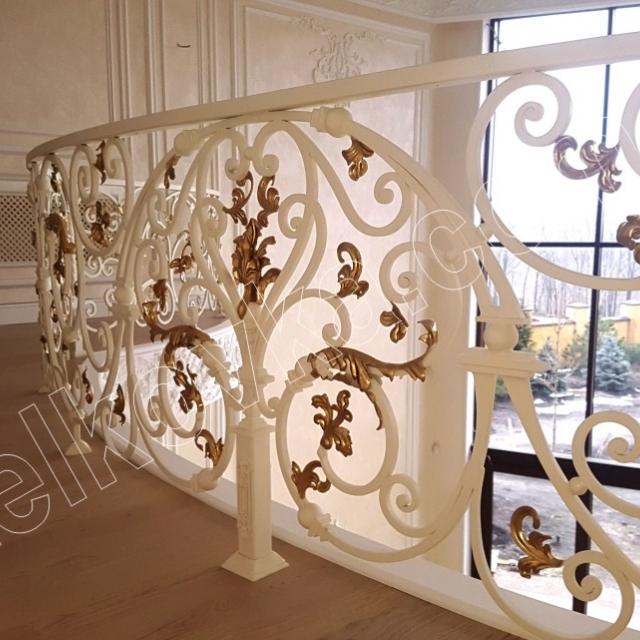 Кованый балкон в интерьере
