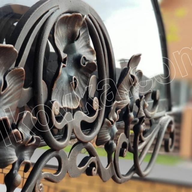 Кованая деталь козырька над входом