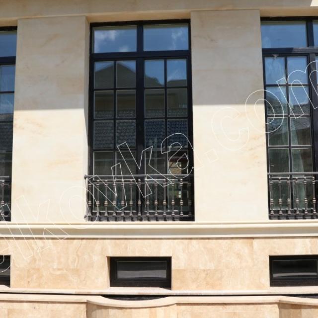 Дом с французскими балконами