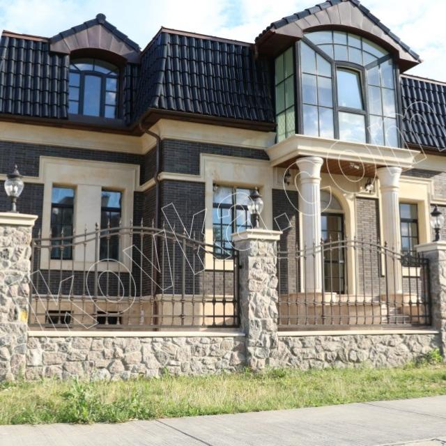 Дом с прозрачным ограждением