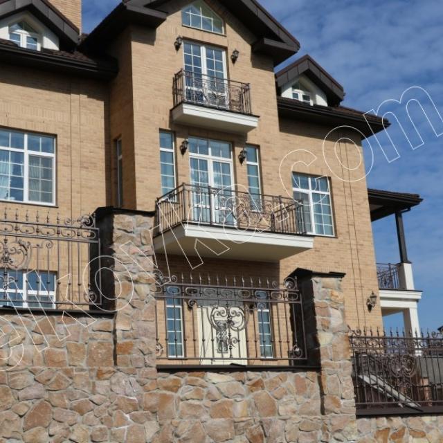 Кованые балконы и забор