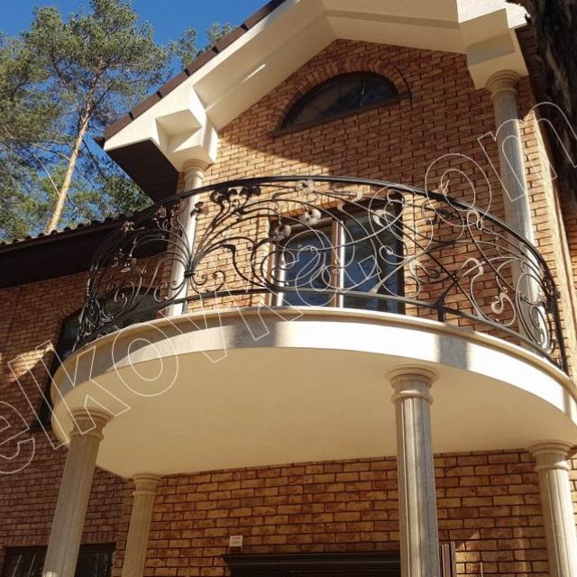 Круглый кованый балкон