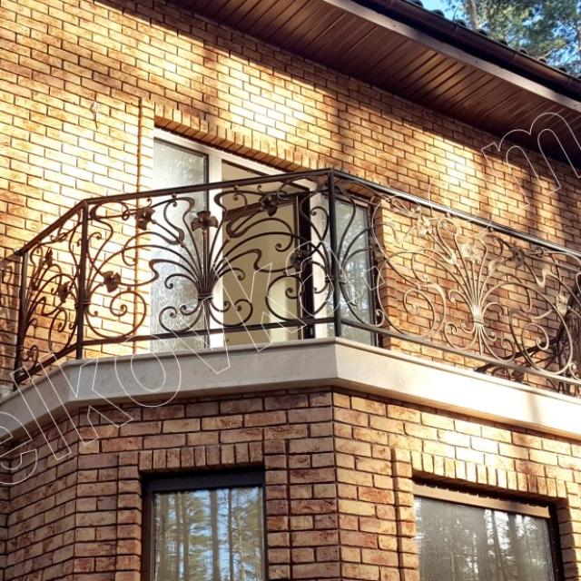 Небольшой кованый балкон