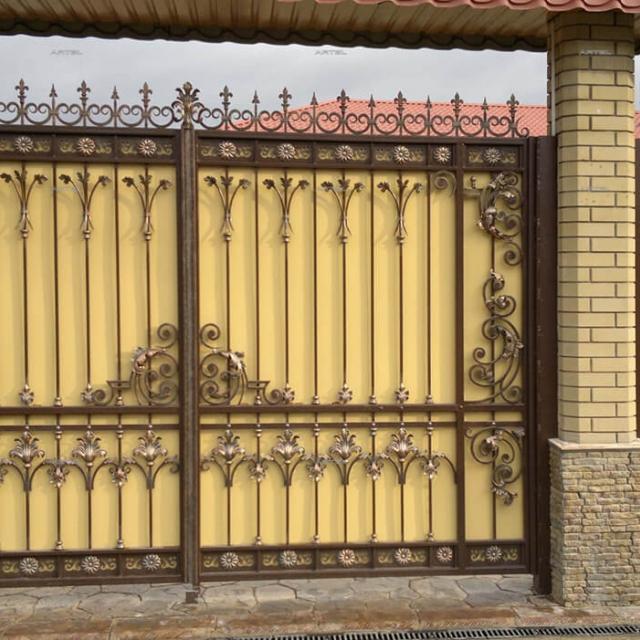 Кованые ворота зашитые