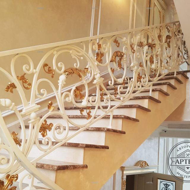 Лестница белая с золотом