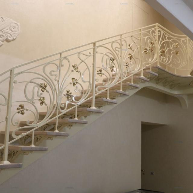 Кованая лестница на балке
