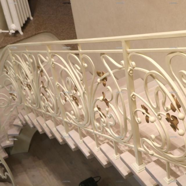 Белая лестница с золотыми листьями