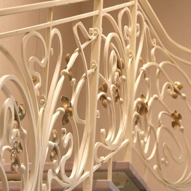Белая кованая лестница
