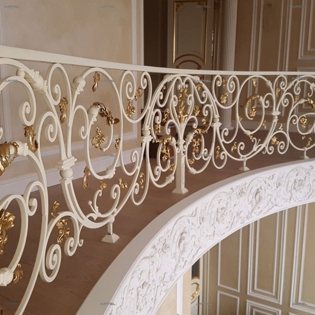 Кованый балкон в доме