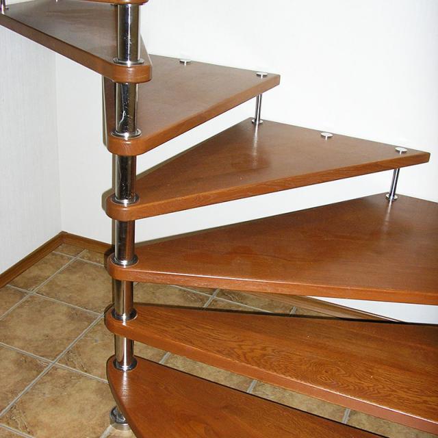 Винтовой участок лестницы на больцах