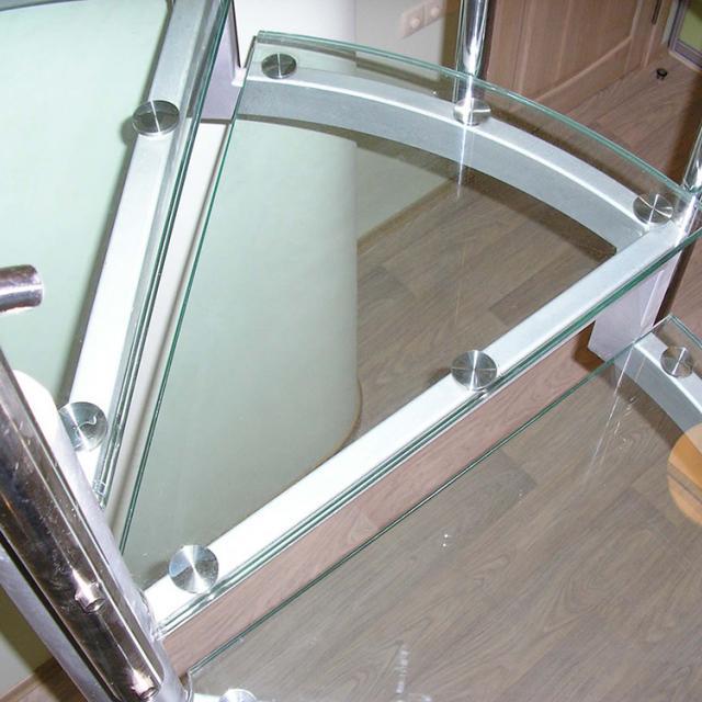 Винтовой участок лестницы со стеклом